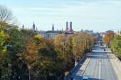 Fotografie Blick auf die Hauptstraße der Stadt, Maximilianstraße vom Vorplatz Maximilianeum Palast, München, Deutschland