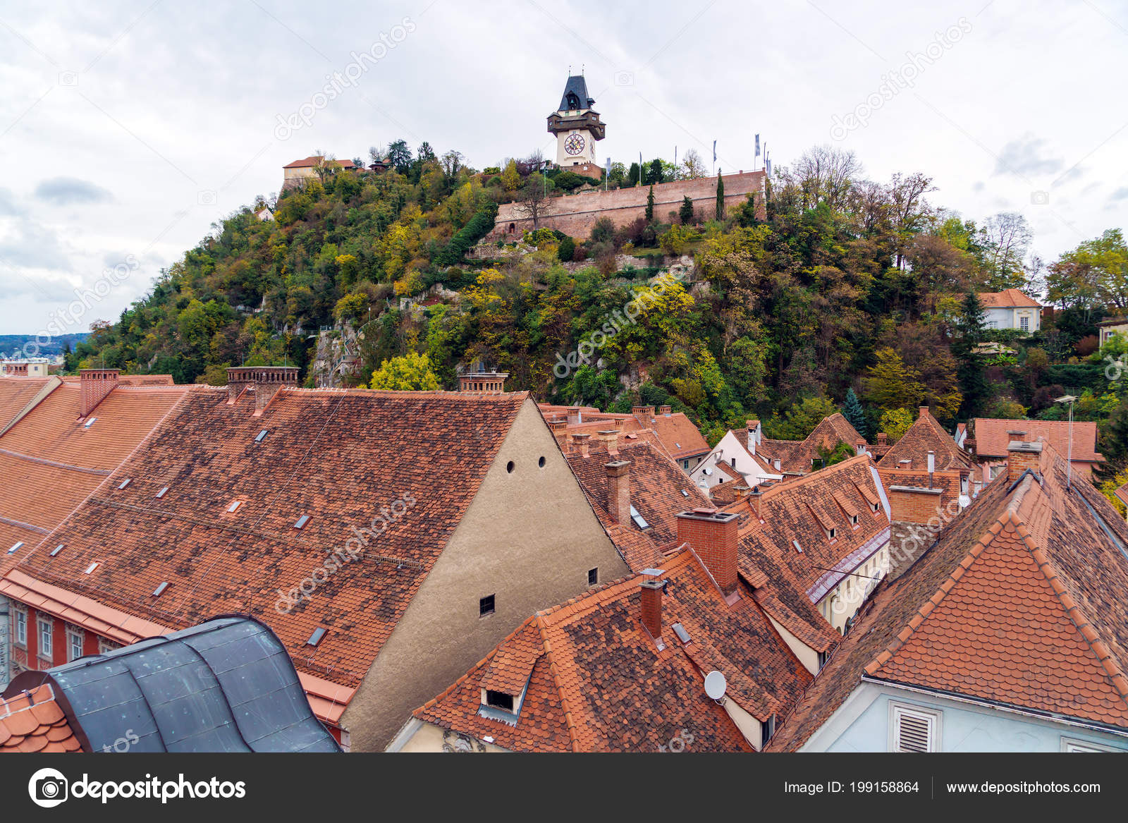 Luchtfoto van tegel van rode daken van oude stad graz u stockfoto