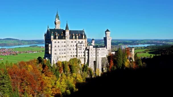 Bayern, Deutschland - 15. Oktober 2017: Schloss Neuschwanstein und die Alpen im Herbst