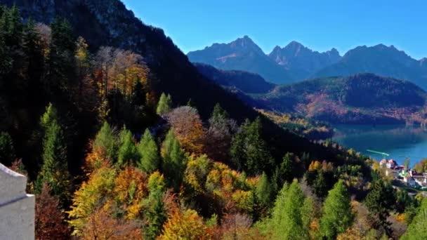 Hohenschwangau in der Nähe von Schloss Neuschwanstein und Alpen im Herbst, Bayern, Deutschland