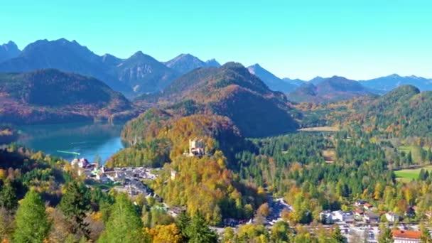 Hohenschwangau-See in der Nähe von Schloss Neuschwanstein und Alpen Berge im Herbst, Bayern, Deutschland