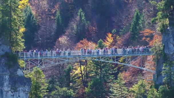 Touristen stehen auf Marienbruecke (Maries Brücke) in der Nähe von Schloss Neuschwanstein, Bayern, Deutschland