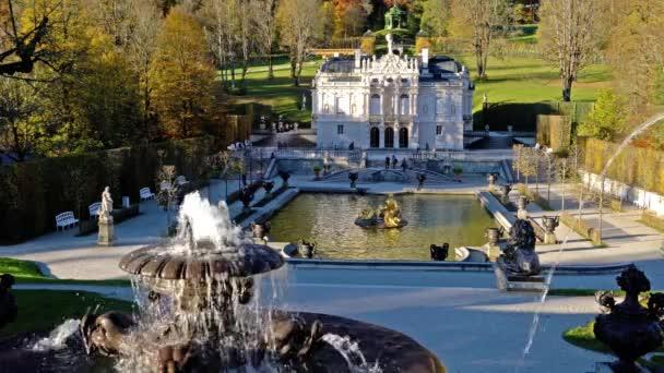 Bayern, Deutschland - 15. Oktober 2017: Linderhof Palace (1863-1886) Brunnen und Landschaftsgarten im Herbst