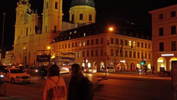 München, Deutschland - 20. Oktober 2017: Ludwigstraße in der Nacht mit Ampeln vom Odeonsplatz aus gesehen
