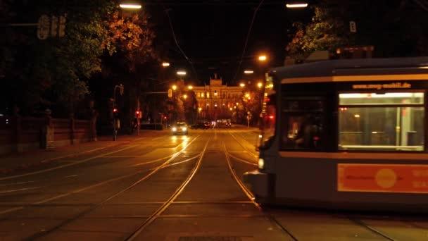 München, Deutschland - 20. Oktober 2017: Autoverkehr und Straßenbahn vor dem Maximilianeum Palast (1874) in der Nacht