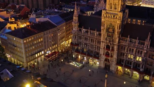 München, Deutschland - 24. Oktober, 2017:Aerial Ansicht des neuen Rathauses und Marienplatz in der Nacht