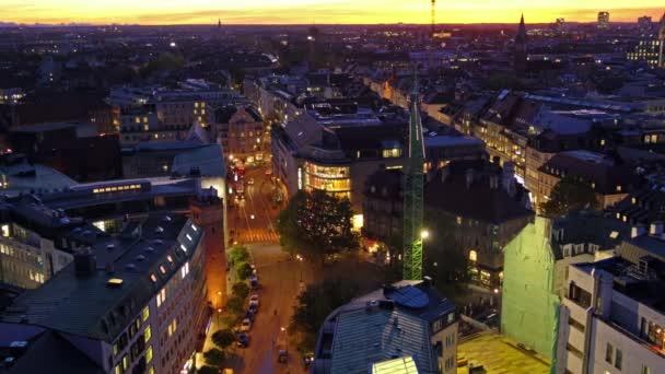 Luftaufnahme der Dächer in Altstadt mit Sonnenuntergang Leuchten in der Nacht, München, Bayern, Deutschland