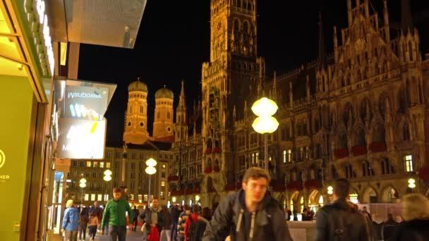 München, Deutschland - 24. Oktober 2017: Nachtansicht von Touristen in der Nähe neues Rathaus (Neues Rathaus) am Marienplatz