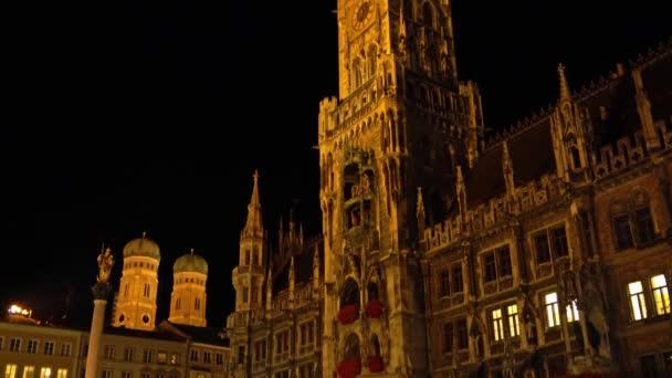 Nachtansicht des Neuen Rathauses am Marienplatz in München, Bayern, Deutschland