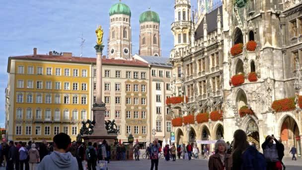 München - 25. Oktober 2017: Touristen in der Nähe der Mariensäule (1639) oder der Mariensaule am Marienplatz