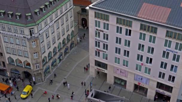 München, Deutschland - 25. Oktober 2017: Vertikal beweglichen Panorama der St. Peter Kirche gotische Dom, Wahrzeichen der Stadt