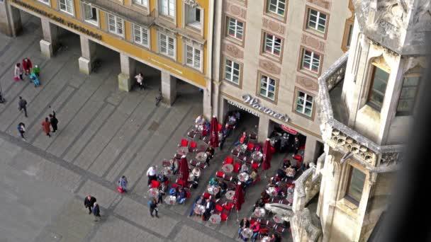München, Deutschland - 25. Oktober 2017: Kellner und Besucher von der Straße Restaurant zum Marienplatz - ein Luftbild von der Aussichtsplattform des neuen Rathauses
