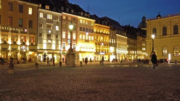München, Deutschland - 25. Oktober 2017: Spatenhaus und andere alte Häuser am Max-Joseph-Platz bei Nacht