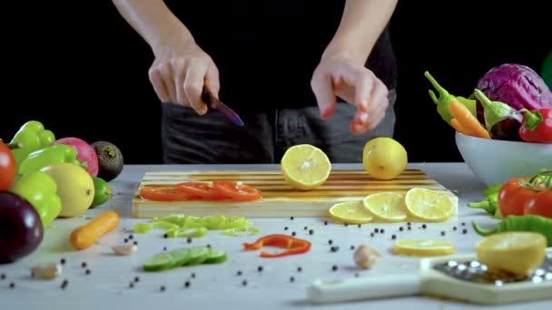 Člověk je řezání citron na prkénku