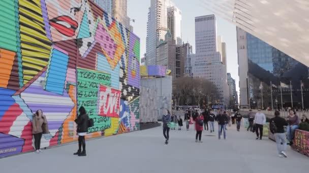 New York, leden, 2020 - Lidé si užívají volného času procházením v blízkosti newyorského Světového obchodního centra a focením před zdí obarvenou graffiti