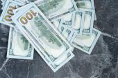 dollár feküdt egy szürke márvány asztalon