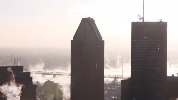 město mlhavé mrakodrapy střechy