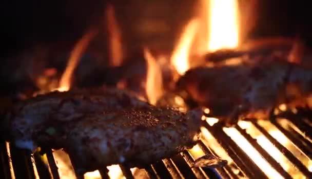 BBQ grill csirke szárny lángok