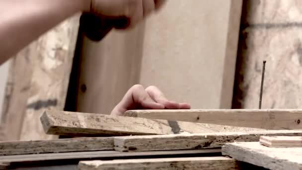 kladivem hřebík tesařství Tesař