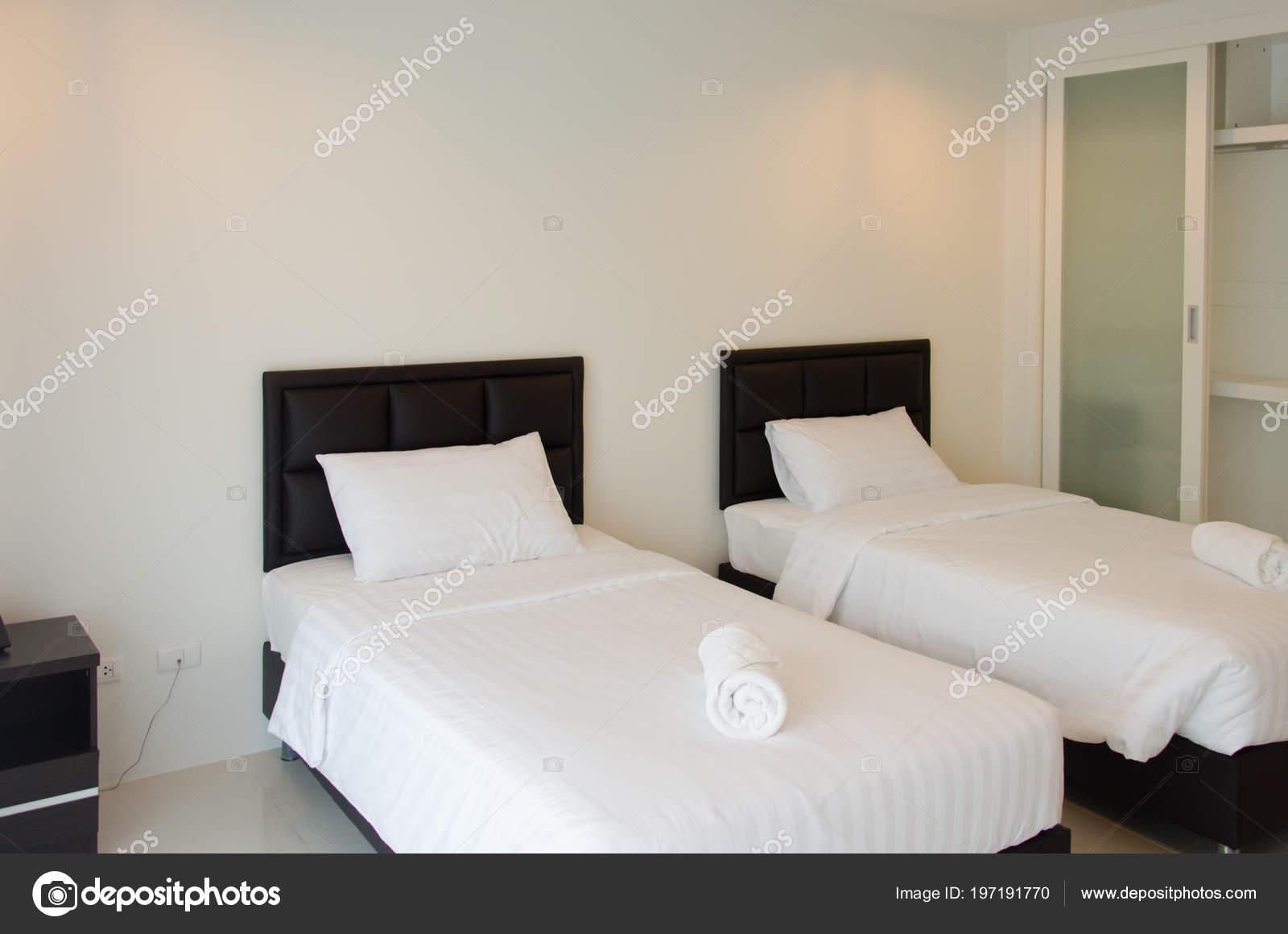 Moderne Betten Schlafzimmer Interior Design — Stockfoto © aoo8449 ...