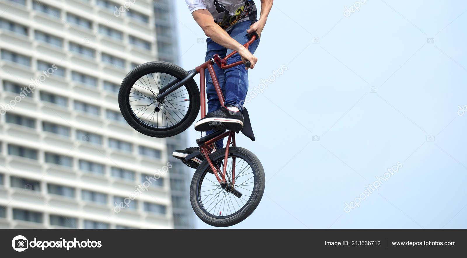 Uomo Facendo Trucchi Su Una Bicicletta Bmx Freestyle Bmx Sullo