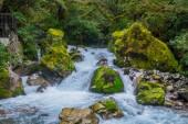 Caduta di Marian lago situato nel Parco nazionale di Fiordland, Milford sound, Nuova Zelanda