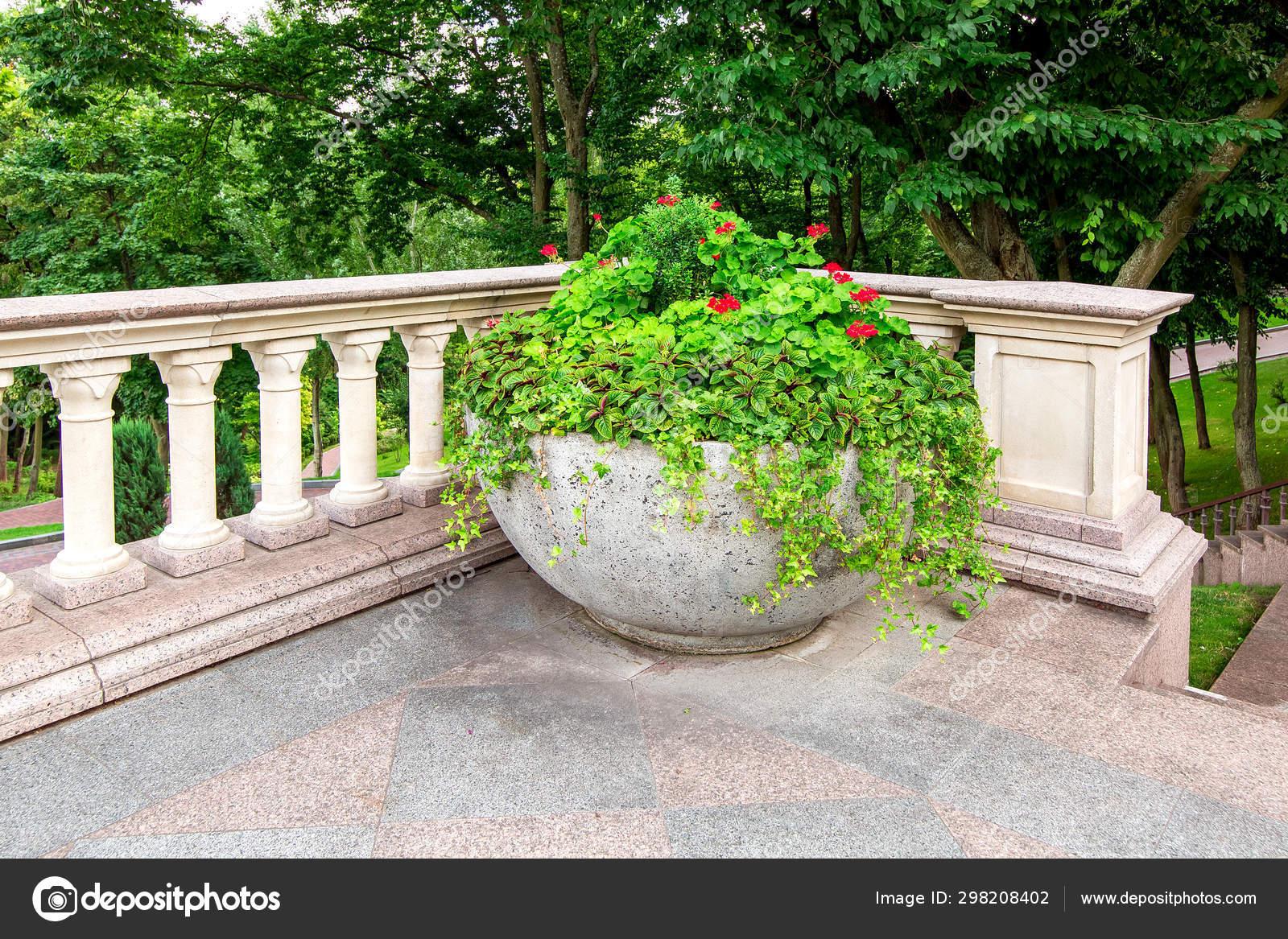 Balcón Con Barandillas Balaustradas Con Una Maceta Piedra