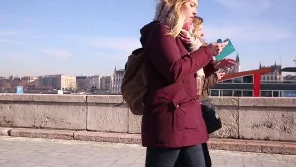 Budapest, január 19, 2019 sétáló emberek közelében Parlament, Budapest, Magyarország