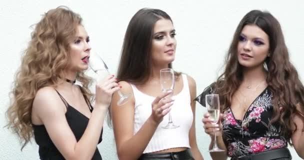 Három szép lányok, iszik pezsgőt fél, és a szórakozás együtt