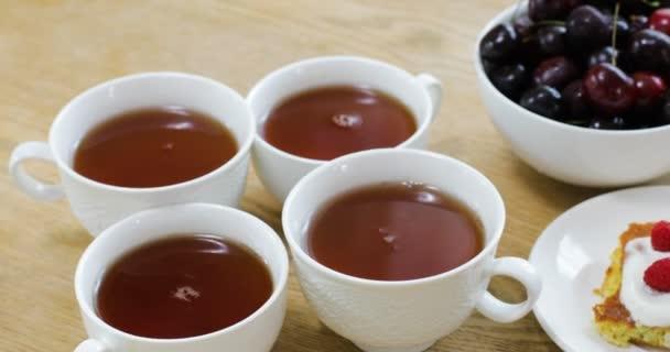 Chutná snídaně v kavárně sladký Pečeme s různými plody a šálky čaje