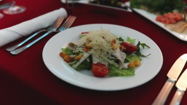 Zblízka chutné klasické salát cezar s rajčaty, kuřecím masem, sýr mozzarella