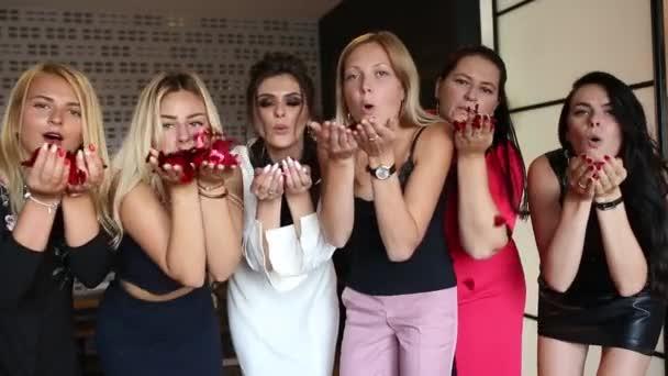 Divatos női szórakozás a hotel, piros konfetti fúj a kamera.