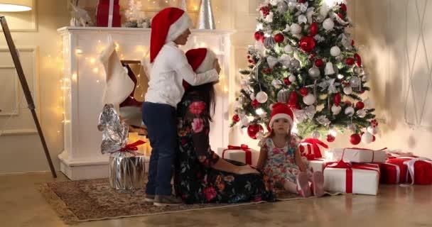 presentando Natale regali ai loro bambini di albero decorato.