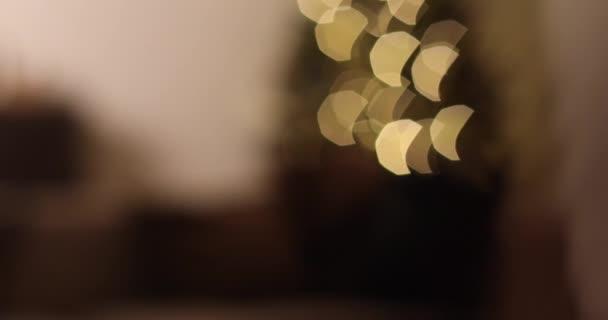 Krásné zdobené vánoční strom s věnec a koule.