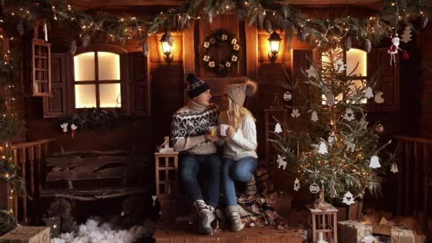 Paar mit heißen Tee küssen unter das Konfetti.