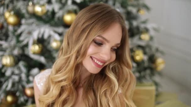 Krásná elegantní žena model s make-upem v ženském oblečení a šperky, které vystupují nad pozadím holiday v straně