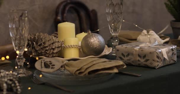 Nový rok 2019. Nový rok. svíčky a svícny, průhledné lahve, světlé pozadí. Silvestrovské náladě, vánoční stromeček, vánoční stromeček hračky. Světla, bokeh. sváteční stůl. Veselé Vánoce 2019.