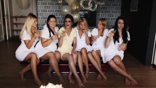 Lányok rázogassuk pohár pezsgővel a leánybúcsú.