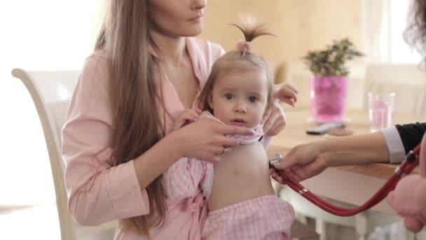 schöne Mutter mit Tochter macht Arzttermin.