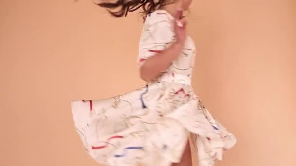 Dívka ve světle šatů a větvičkování ve studiu