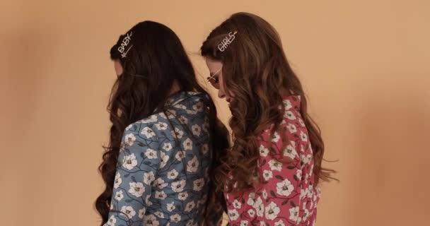 Vista dal retro delle ragazze in abiti leggeri con i capelli lunghi