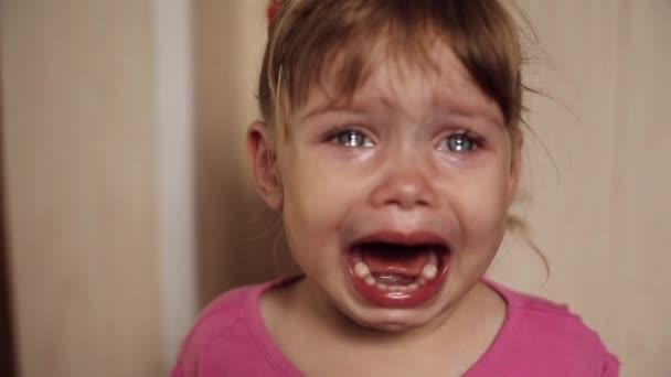 Vista anteriore di triste bambina piangere e urlando