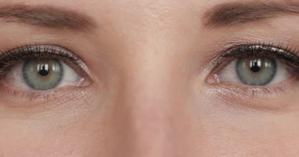 Csinos nő a make-up és a szempillák nézett kamera.