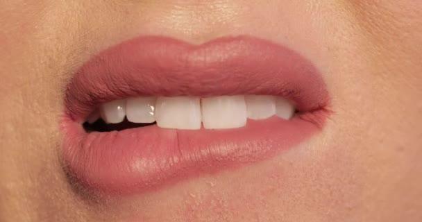 Frau beißt sich wegen Stress in die Lippen.