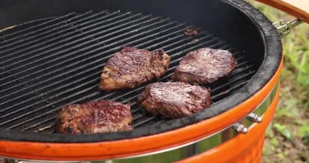 Close-Up főzés szaftos étvágygerjesztő húst steak szabadtéri grill a grill