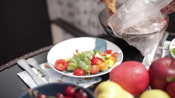 Žena servírují oběd na talíři.