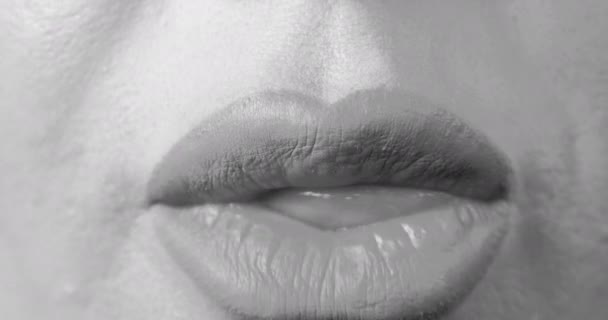 Frau zeigt Zunge und berühren weiße schöne Zähne durch sie.
