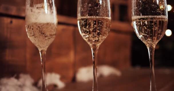 Champagner auf dem Hintergrund goldener Highlights.