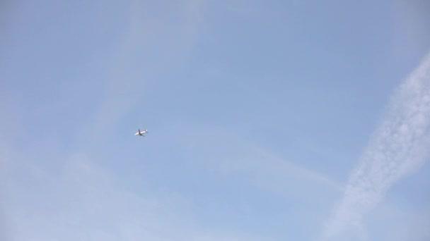 Létající letadlová doprava obklopená jasnou modrou oblohou v letním období extrémního dlouhého záběru
