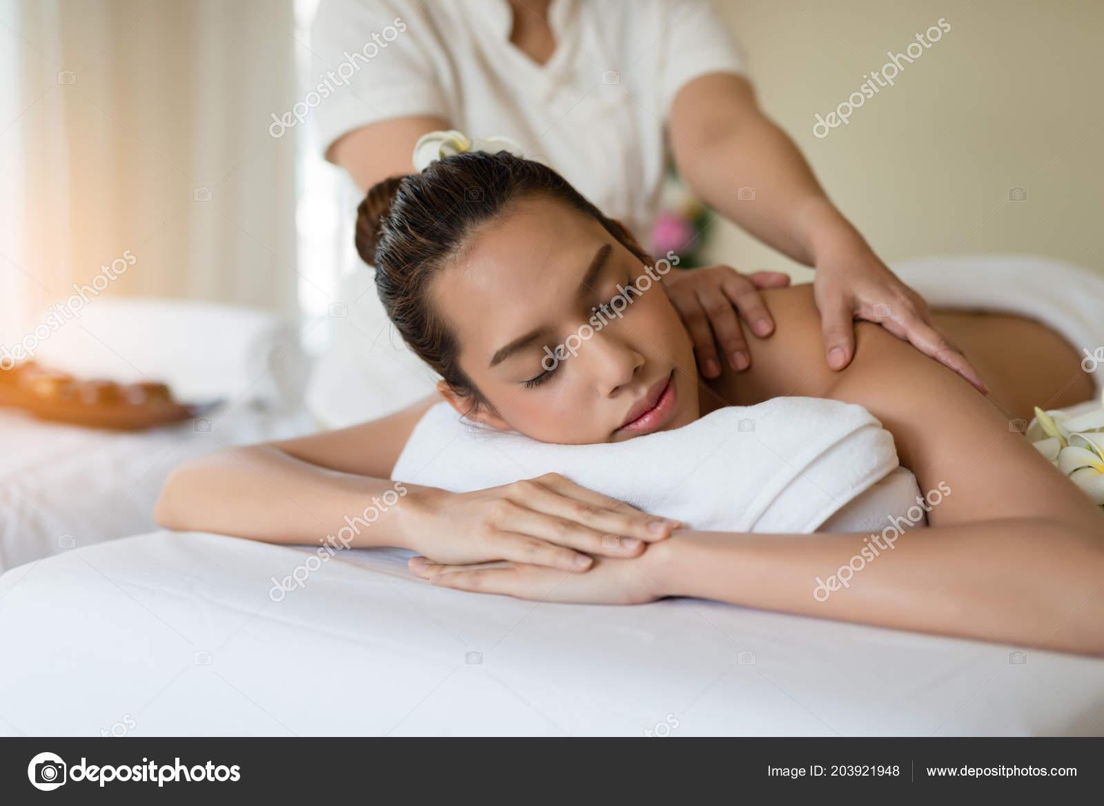 Young Beautiful Asian Woman Relaxing Spa Massage — Stock Photo